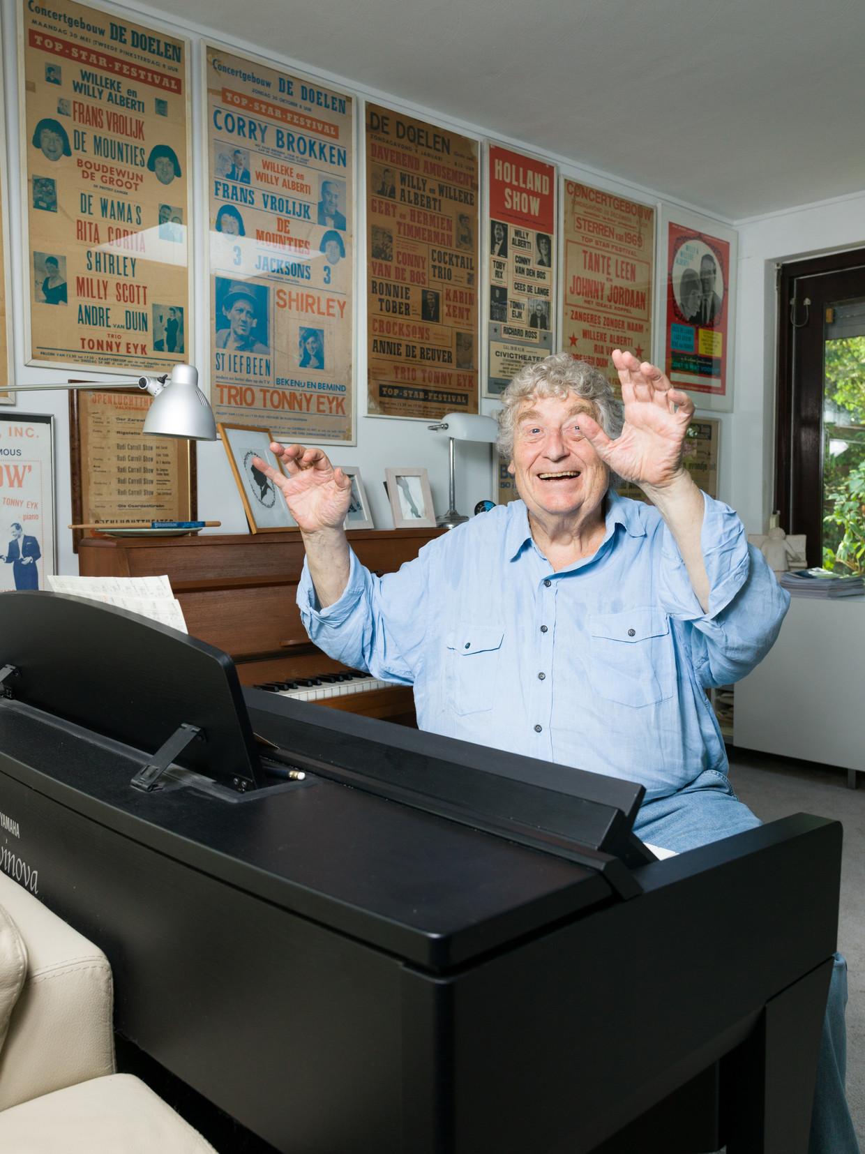 Tonny Eyk thuis achter de piano. 'De muziek schrijf ik net zoals vroeger met de hand.' Beeld Ivo van der Bent