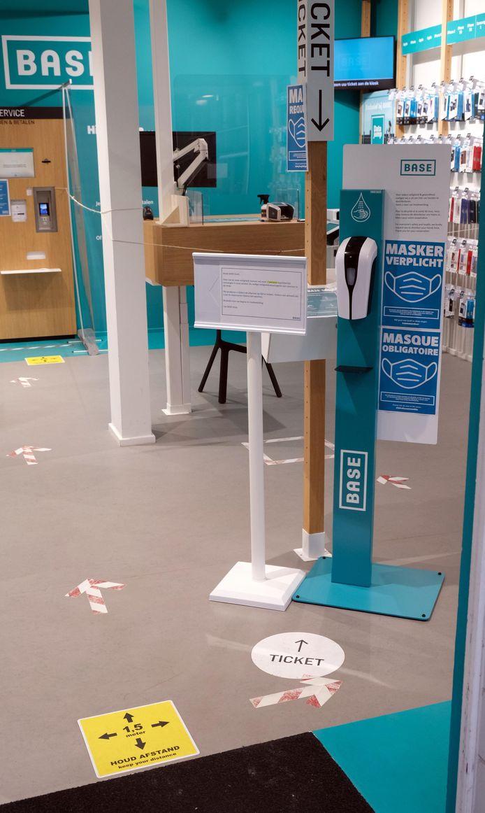 Pijlen op de grond geven de looprichting aan in de winkels.