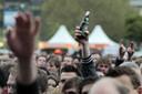Een Normaal-fan heeft toch nog een flesje Heineken mee naar binnen weten te smokkelen. Foto Scha Wunderink