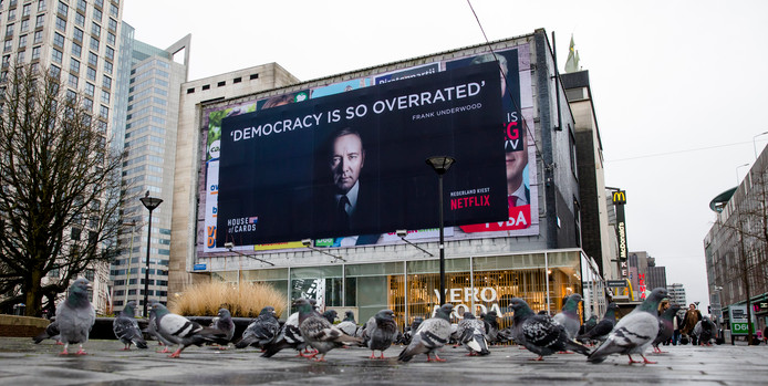 De reclameposter van de hitserie House of Cards, die de suggestie wekt over bestaande politieke campagneposters te zijn geplakt