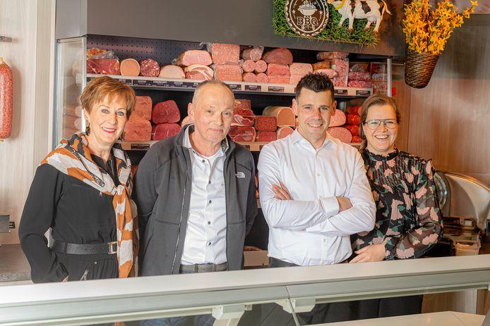 Links Maartje en Jan Ebergen, de huidige eigenaren van Slagerij Ebergen in Lith. Vanaf 1 augustus zijn Robbie en Linda Nederkoorn de  eigenaren.