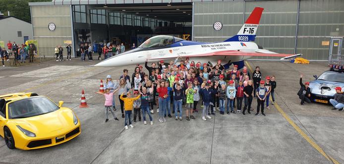 Snelle auto's en vliegtuigen tijdens de Ferraridag op vliegbasis Volkel.