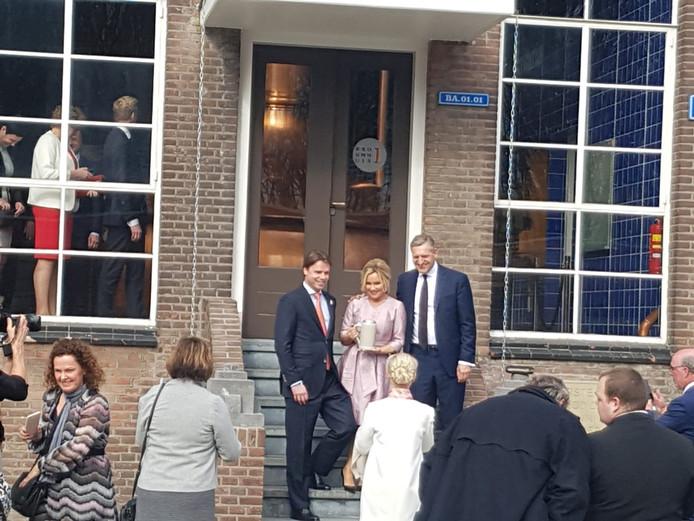 Tatjana Simic op de trap met Peer Swinkels (links) en Buma.