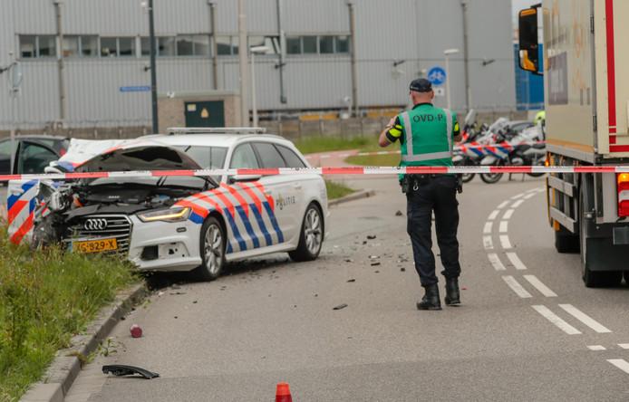 De gecrashte politiewagen op het Noordeinde.