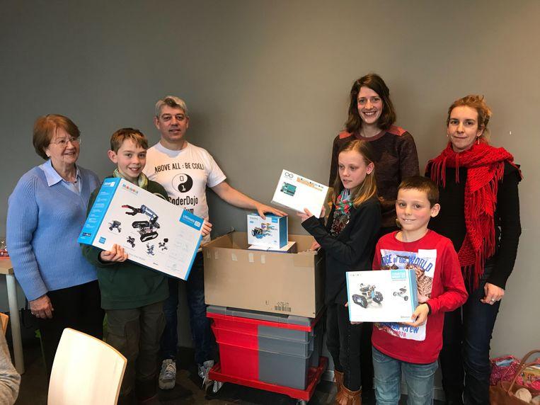 Lea Van Looveren, Alexander Baekeland, Theo van Doorn, Anne-Marie en Matthijs Van Aert, Silke Lathouwers en Ann Wodinski met het nieuwe speelgoed.