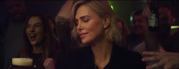 Charlize Theron in reclamespotje voor Budweiser.