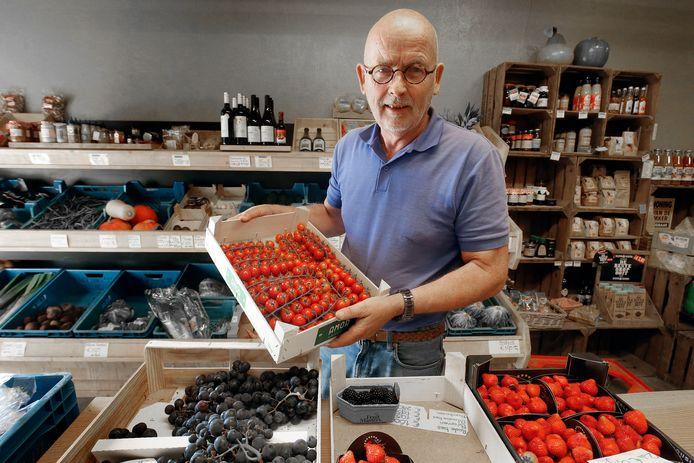 Fruitteler Van Buuren in Schoonrewoerd. Behalve eigen waar, worden in de winkel ook streekproducten verkocht.