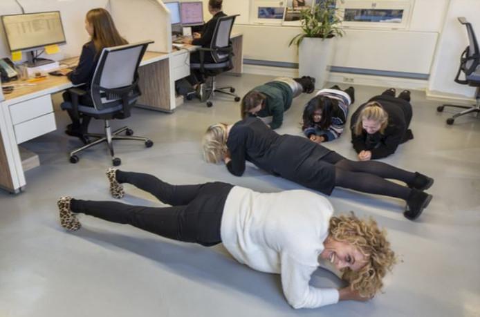 Werknemers van Olympia 'planken' iedere dag op het werk.