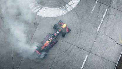 VIDEO: Formule 1-wagen racet over kasseien bergpas op en maakt donut