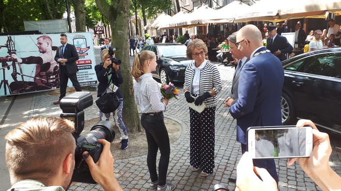 Prinses Margriet krijgt bloemen uit handen van Jasmijn, een van de vele vrijwilligsters op het WK Handboogschieten.