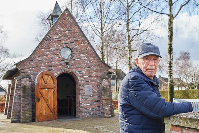 Gerrit de Groot bij het kapelletje aan de Antoniusstraat in Volkel.
