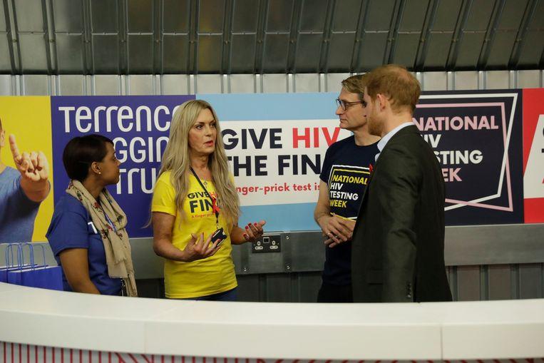 De Britse prins sprak er met enkele vrijwilligers.
