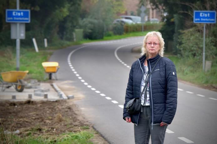 Ans Wigman uit Bemmel op de plek waar ze op 9 oktober een eenzijdig ongeval kreeg.