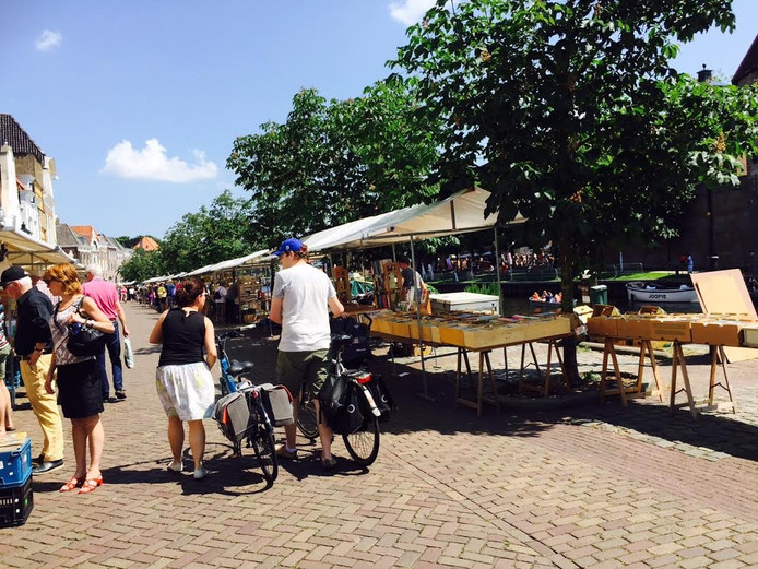 De Thorbeckegracht is een sfeervolle plek voor de Zwolse boekenmarkt. Echt druk was het niet, maar het liep wel lekker door volgens een boekverkoper.