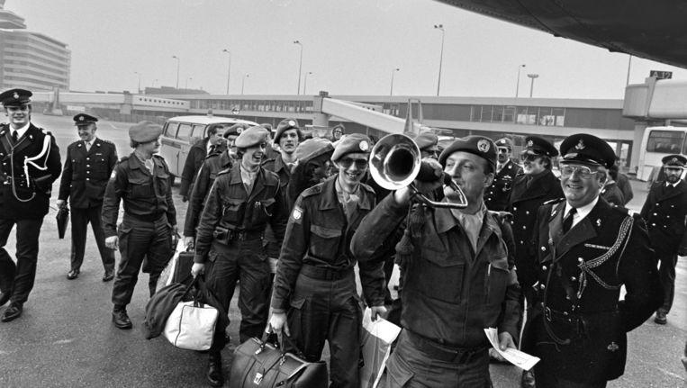 Nederlandse militairen vertrekken in 1979 naar Libanon in het kader van de Unifil-missie van de Verenigde Naties. Beeld Bert Verhoeff