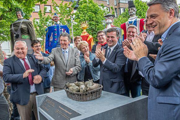 De onthulling van het monument ter herinnering aan de biggenmarkt.