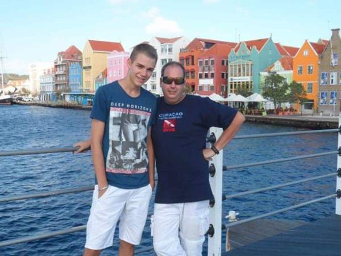Jeroen Stegeman en zijn zoon verlaten Curaçao.