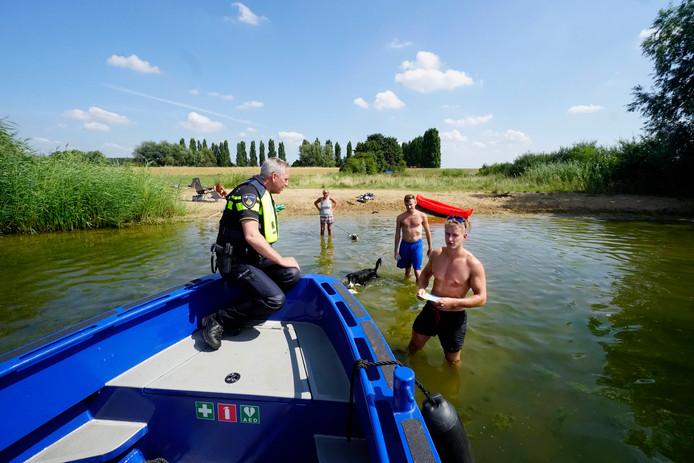 Politie Waarschuwt Zwemmers In Het Pools Arabisch En Duits Tiel