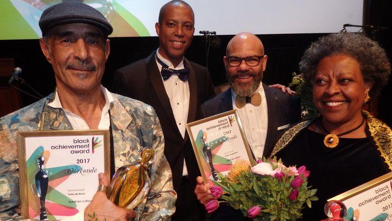 Kunstenaar Felix de Rooy met de Lifetime Achievement Award, NiNsee-directeur Antoin Deul, genomineerde Remy Jungerman en Domenica Ghidei Biidu, winnaar mensenrechten/politiek Beeld Schuim