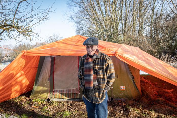 Winterkampeerder Kees de Boer heeft het prima naar zijn zin een tentje op de boerderij.