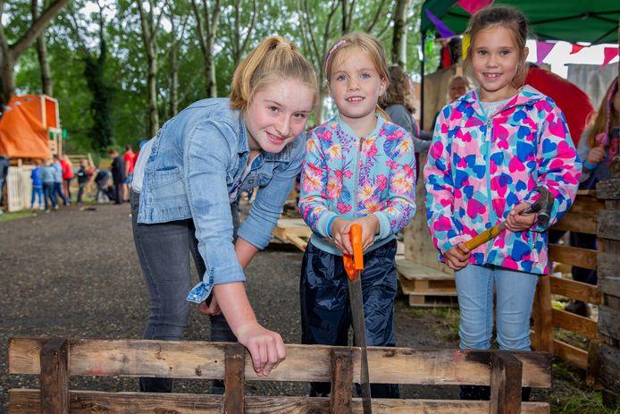 Ook de meiden doen stoer mee tijdens de Jeugd Vakantieweek in Beuningen.