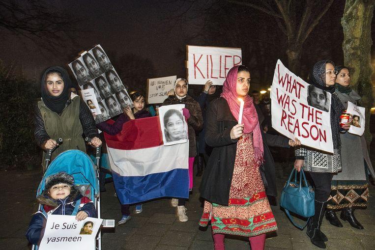 Vrouwen betuigen steun aan Yasmeen. Beeld Guus Dubbelman/ de Volkskrant