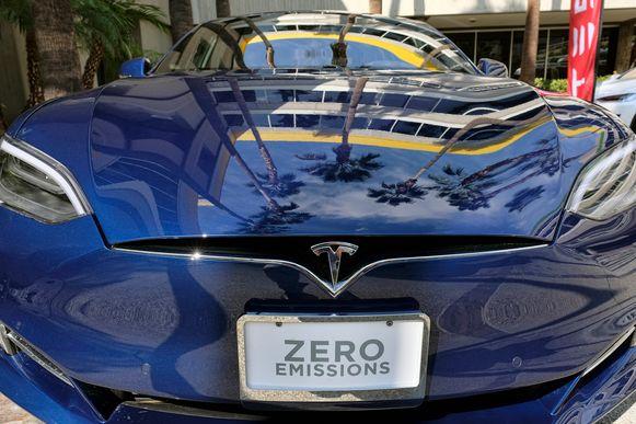 Een Tesla Model S in de showroom, aangeprezen als 'zero emissions'.