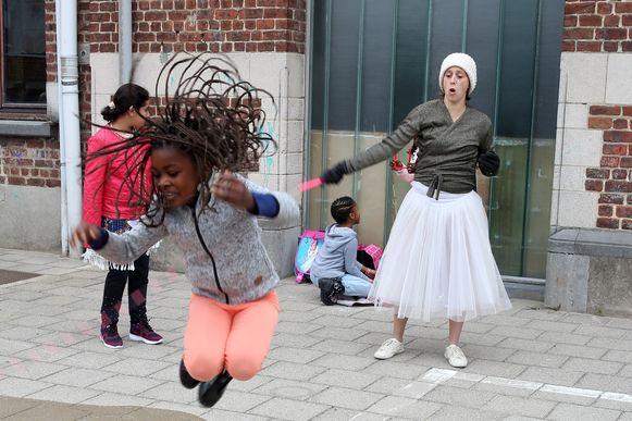 Op de eerste schooldag trokken leerkrachten in september mutsen, sjaals en wintersportkleding aan om de problemen aan te kaarten.