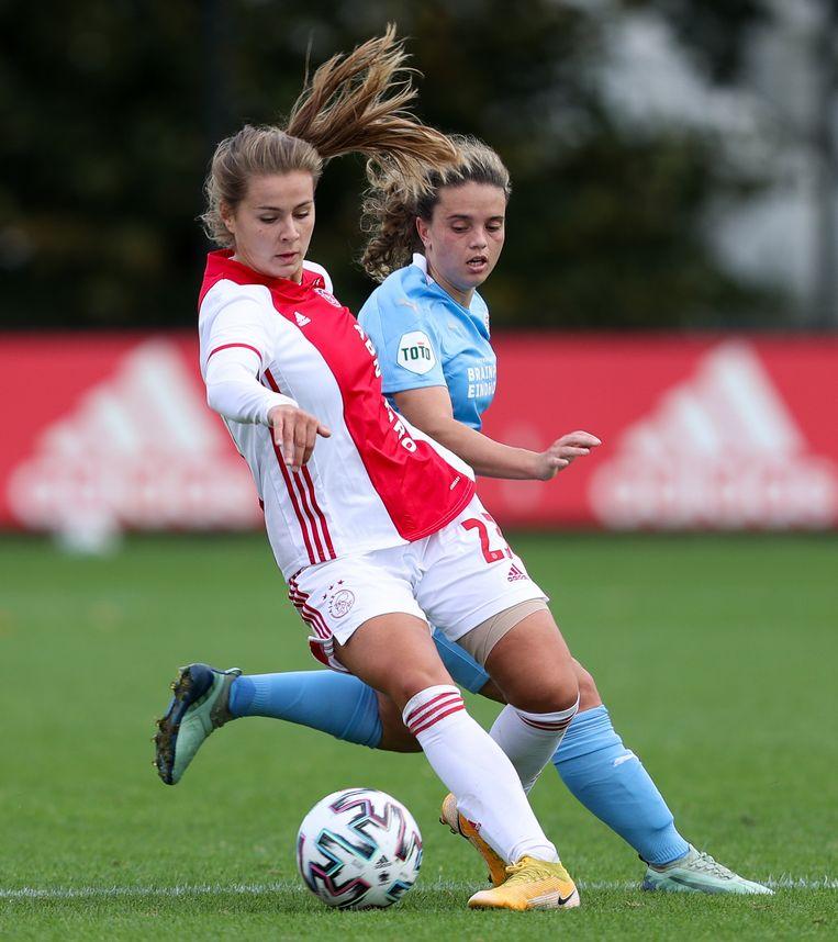 Victoria Pelova (Ajax) en Jeslynn Kuijpers (PSV) in duel. Beeld BSR Agency