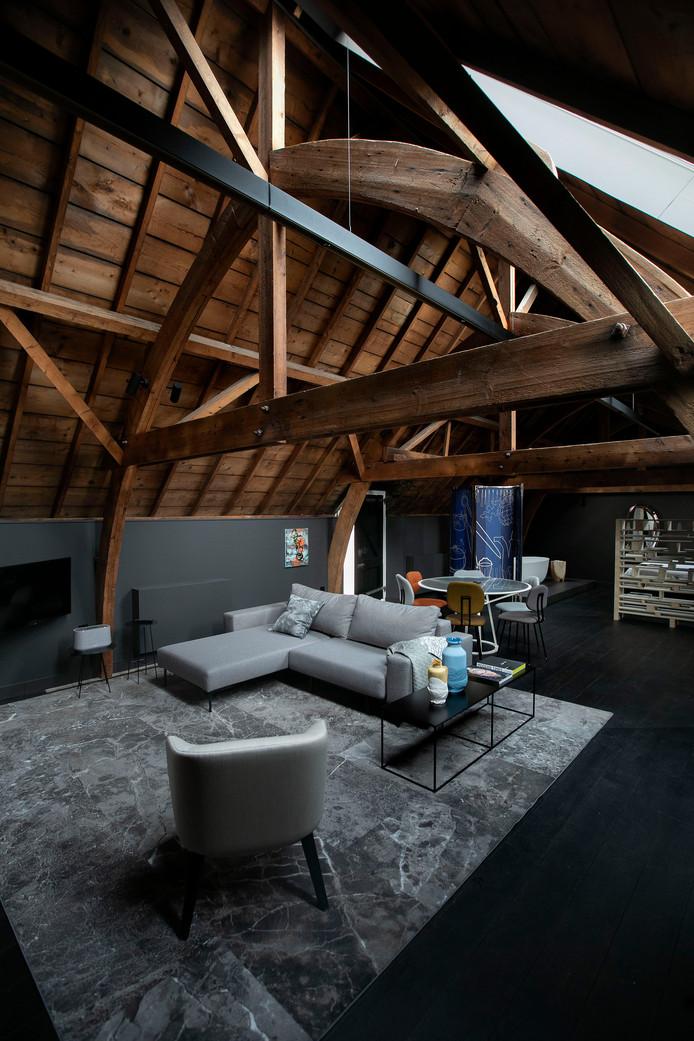De Hooizolder-suite boven de voormalige stallen van Kazerne, Home of Design, ooit marechausseekazerne.