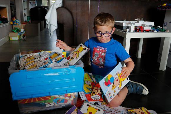 Thor is dol op zijn kaartjes, vooral die met Bumba er op.