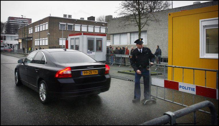 Een geblindeerde auto komt aan bij de speciaal beveiligde rechtszaal de Bunker in Amsterdam-Osdorp waar de zaak-Passage zich afspeelt. Foto ANP Beeld