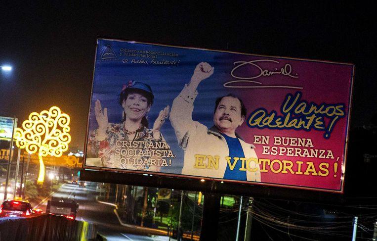 Verkiezingsposter van het echtpaar in hoofdstad Managua. Beeld epa