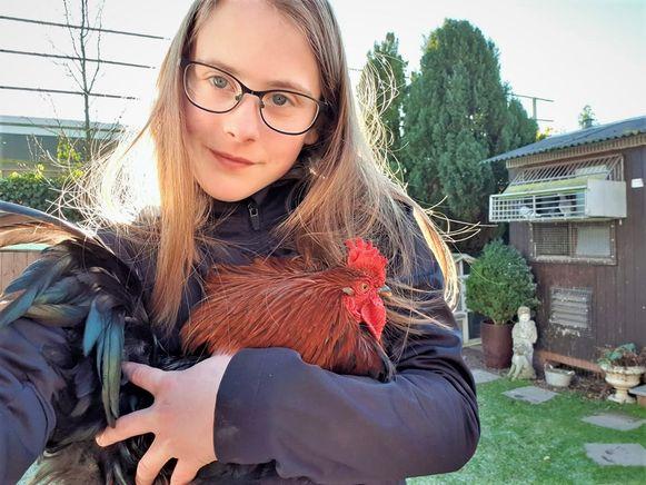 Wendy Lammens met een van de geredde hanen.