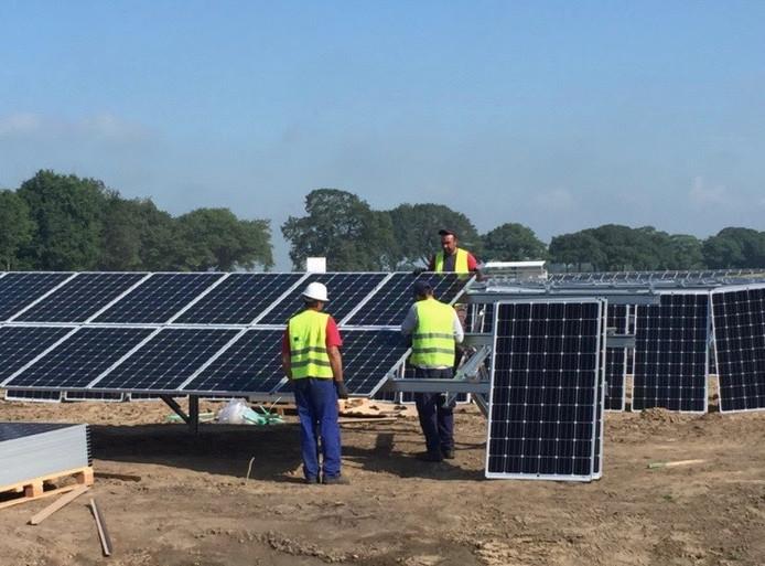 De laatste zonnepanelen in Solarpark De Kwekerij worden gemonteerd.