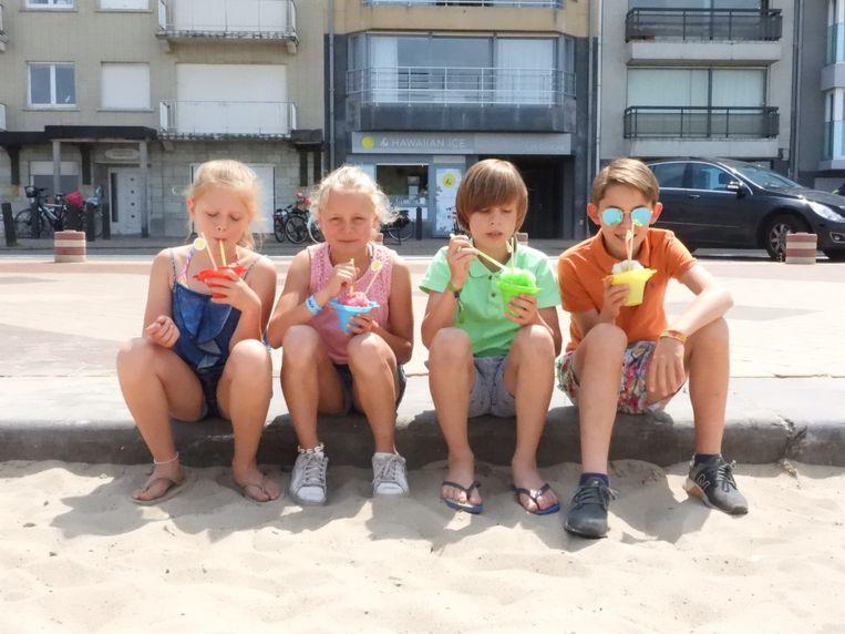Deze kinderen genieten van een verfrissend Hawaïaans ijsje.
