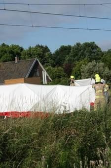Trein botst op brommobiel bij Barneveld: man omgekomen