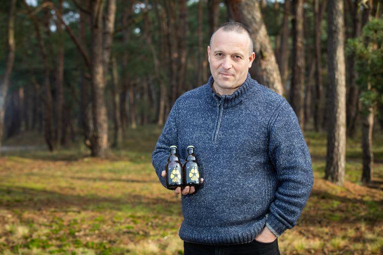 Naya bier  Jan Loos van Welkom wolf met twee flesjes Nayabier.