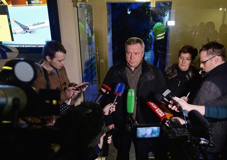 De gouverneur van Rostov praat met de media op de luchthaven. Beeld epa
