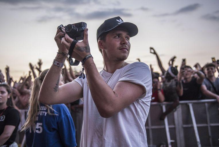 Brooklyn Beckham tijdens een optreden van J Cole op Wireless Festival 2018.