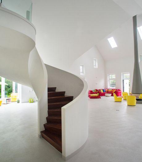 Van hypermodern huis via een trapje naar buiten, en meteen weer driehonderd jaar terug in de tijd