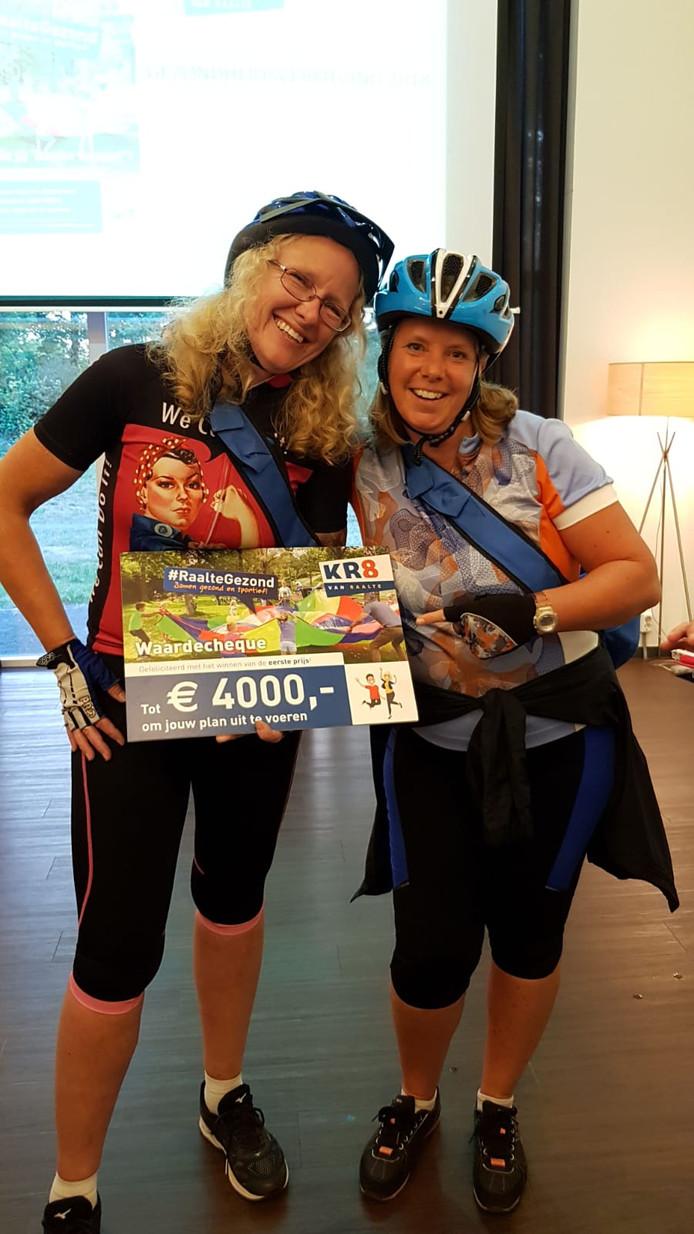 Fanny Beishuizen en Marja van der Ende hebben 4000 euro gewonnen voor 'Fietsen voor m'n eten' in Salland.