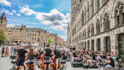 Noord-Iers jeugdorkest oefent op de Grote Markt