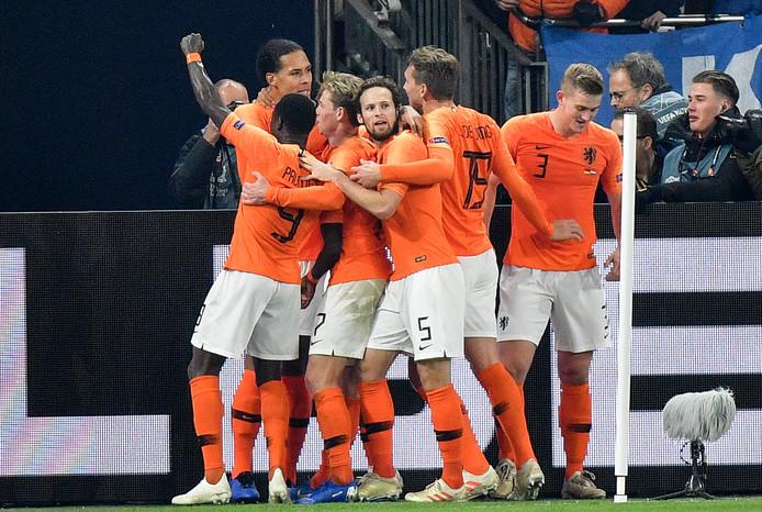 Van Dijk juicht met zijn ploeggenoten na zijn doelpunt tegen Duitsland.