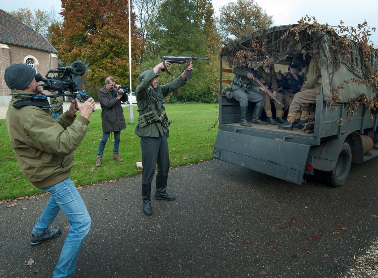 Opnames van de operatie Pegasus. De voertuigen zijn authentiek en in bruikleen van het Oorlogsmuseum Arnhem. Herman Rolleman staat achteraan en de cameraman is Rick Kingma. De figuranten komen van het ROC.