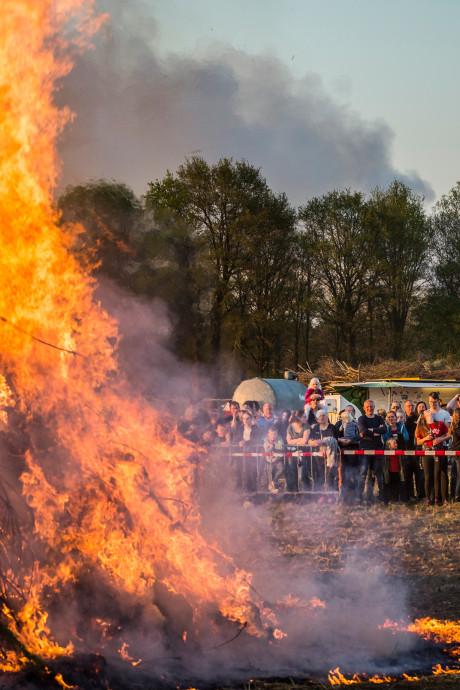 Tientallen klachten over stankoverlast door paasvuren in regio Rijnmond