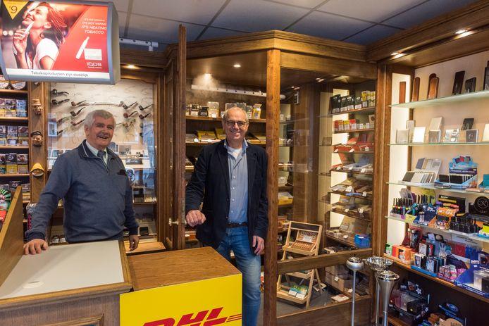 Bert (links) en Jacques Meulensteen - nu nog -  in hun sigarenspeciaalzaak. Eind dit jaar valt het doek.