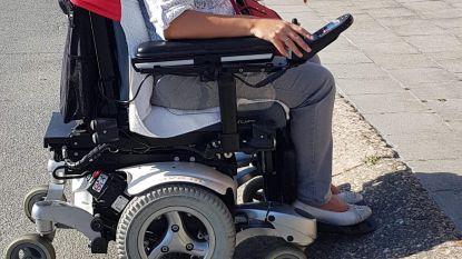 Rolstoelgebruiker die opkomt voor N-VA, stoot op drempel op weg naar stemhokje