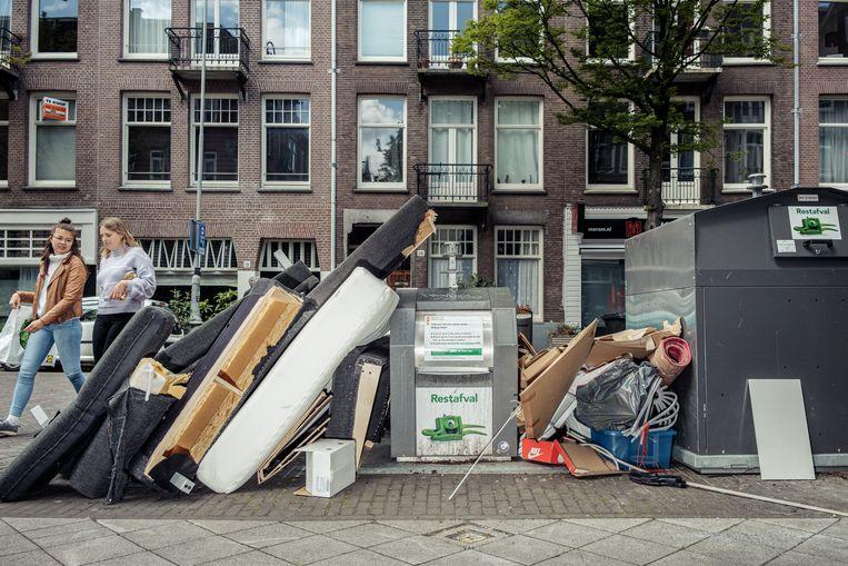 Afval bij vuilnisbakken in Amsterdam Oost. Beeld Jakob Van Vliet