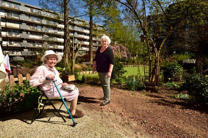 Agnita Vervoort (links ) en Thea Vergouwe vinden dat er veel moet worden verbeterd aan de gemeenschappelijke tuin bij ouderencomplex Leckenborch.